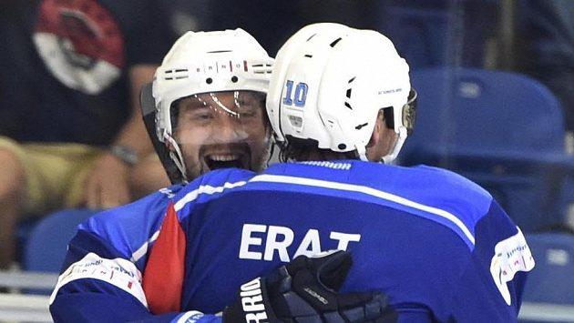 Hokejisté Komety Hynek Zohorna a Martin Erat se radují z výhry nad Kuopiem.