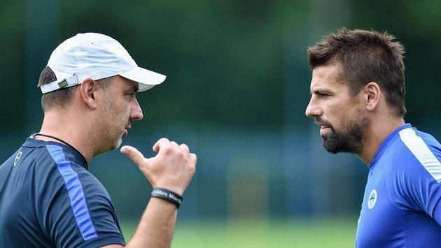 Fotbalista Milan Baroš (vpravo) poslouchá pokyny trenéra Slovanu Jindřicha Trpišovského.