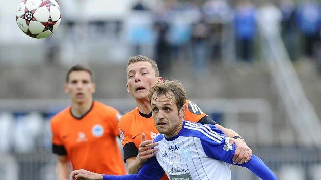 Jan Mudra ze Znojma (vpravo) a Vladimír Coufal z Liberce sledují míč.