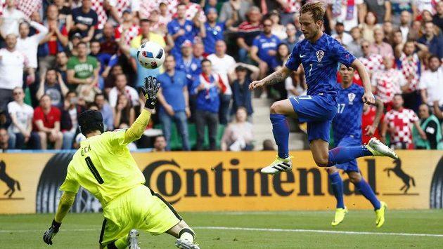 Ivan Rakitič přehazuje Petra Čecha a dává druhý gól chorvatské reprezentace.