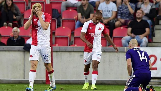 Michal Frydrych ze Slavie (vlevo) lituje neproměněné příležitosti, uprostřed je jeho spoluhráč Gino van Kessel, vpravo Bram Nuytinck z Anderlechtu.