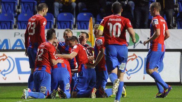 Plzeňští fotbalisté se radují z gólu proti Příbrami.