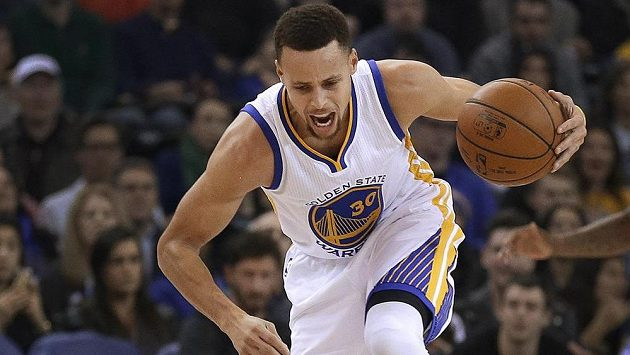 Basketbalista Golden State Warriors Stephen Curry v zápase proti Sacramentu.