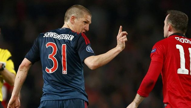 Bastian Schweinsteiger gestikuluje k Wayneu Rooneymu poté, co byla hvězda Bayernu za faul na forvarda Manchesteru United vyloučena.