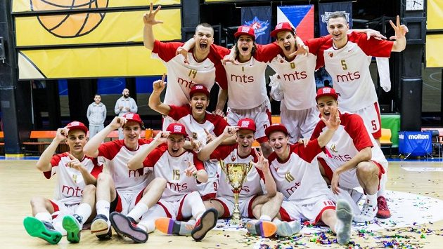 Tým CZ Bělehrad slaví vítězství v prestižním mládežnickém turnaji basketbalistů v Praze.