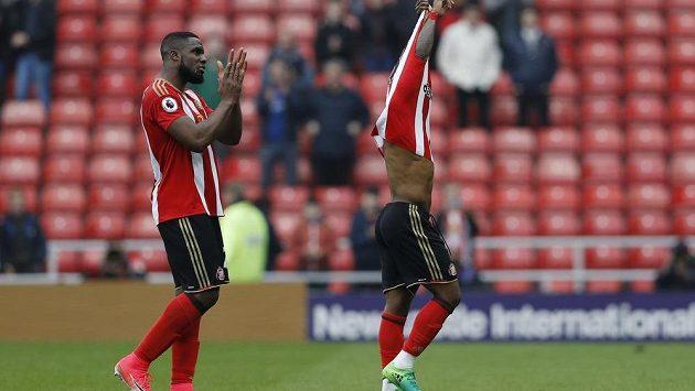Zklamaní fotbalisté Sunderlandu Jermain Defoe (vlevo) a Victor Anichebe poté, co jejich tým byl definitivně odsouzen k sestupu.