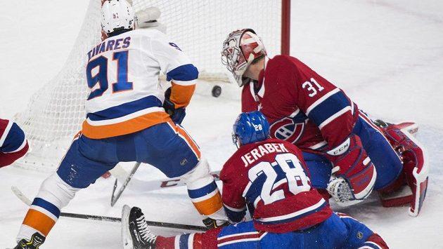 Útočník týmu New York Islanders John Tavares skóruje v prodloužení utkání NHL s Montrealem Canadiens. Gólman Carey Price (31) ani obránce Jakub Jeříbek mu v tom nedokázali zabránit.