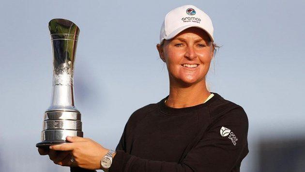Anna Nordqvistová pózuje s trofejí pro vítěze titul kategorie major.