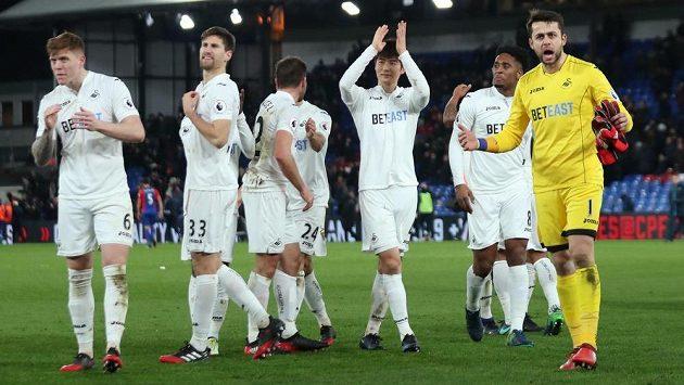 Fotbalisté Swansea slaví vítězství nad Crystal Palace.