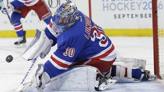 Brankář NY Rangers Henrik Lundqvist zasahuje v zápase s Floridou.