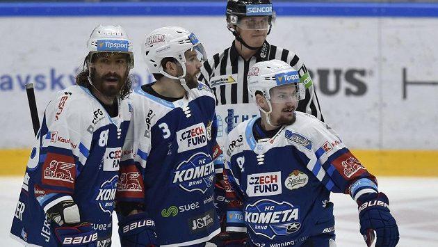 Zleva Peter Mueller, Peter Schneider a Petr Holík z Brna se radují z gólu.