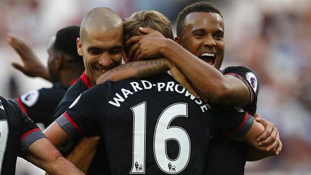 James Ward-Prowse ze Southamptonu slaví se spoluhráči gól proti West Hamu.