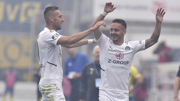 Zleva Jan Kalabiška ze Slovácka a Daniel Holzer ze Slovácka se radují z gólu.