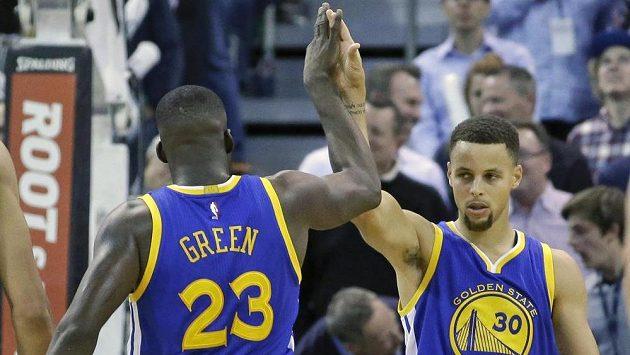 Basketbalisté Golden State Warriors Draymond Green (23) a Stephen Curry uspěli i v Utahu.