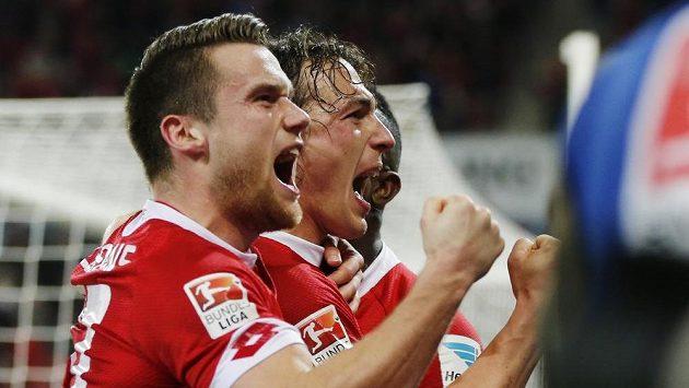 Mohučský fotbalista Julian Baumgartlinger (vpravo) slaví se svými spoluhráči gól proti Schalke.