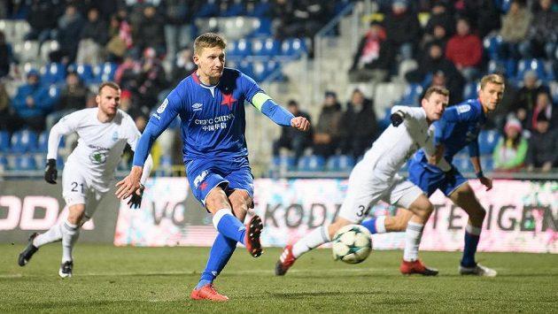 Slávistický kanonýr Milan Škoda proměňuje nařízenou penaltu v Mladé Boleslavi.