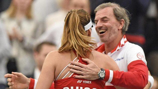 Švýcarka Belinda Bencicová se raduje s fedcupovým kapitánem Heinzem Günthardtem z výhry nad Němkou Angelique Kerberovou.