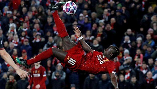 Liverpoolský fotbalista Sadio Mané v akci během utkání Ligy mistrů. Během koronavirové pauzy v Premier League se hvězdy z Anfieldu scházejí alespoň k virtuálním tréninkům.