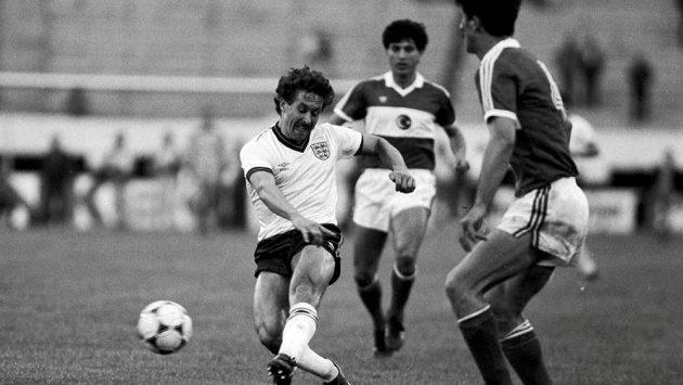 Anglický obránce Kenny Sansom na archivním snímku z roku 1987 v kvalifikačním utkání proti Turecku.