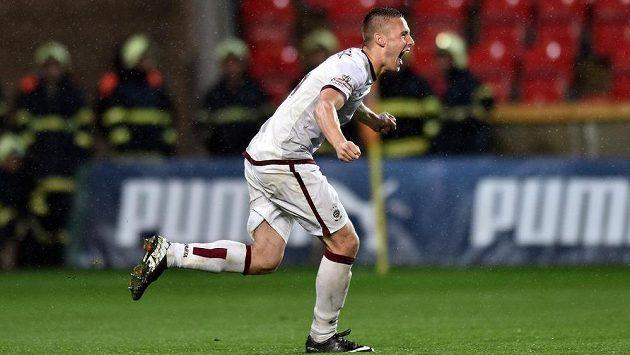 Obránce Pavel Kadeřábek proměnil rozhodující penaltu a Sparta slaví double.