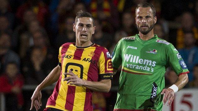 Obránce David Rozehnal (vpravo) v souboji s Nicolasem Verdierem z Mechelenu.