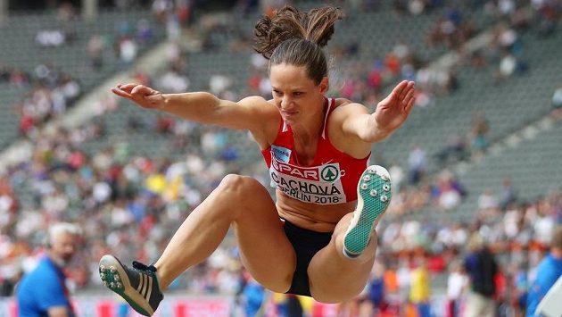 Kateřina Cachová při skoku do dálky.