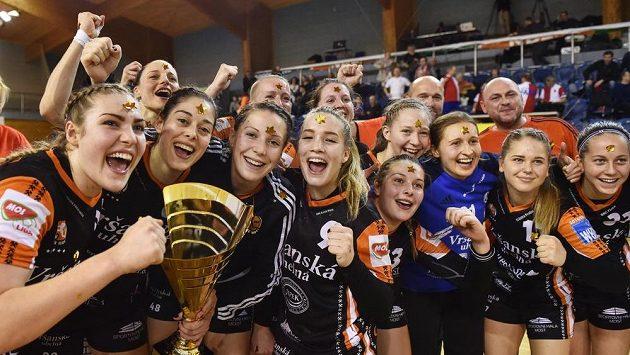 Hráčky Mostu se radují z vítězství v poháru.
