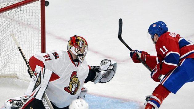 Útočník Montrealu Brendan Gallagher (vpravo) se snaží překonat brankáře Ottawy Craiga Andersona v přípravném duelu na nový ročník NHL.