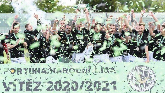 Fotbalisté Hradce Králové slaví s trofejí pro vítěze Fortuna Národní ligy.