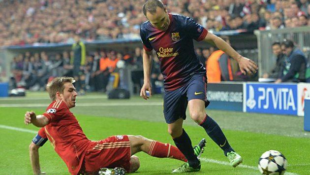 Záložník Barcelony Andres Iniesta (vpravo) v souboji s Philippem Lahmem z Bayernu v prvním semifinále fotbalové Ligy mistrů.