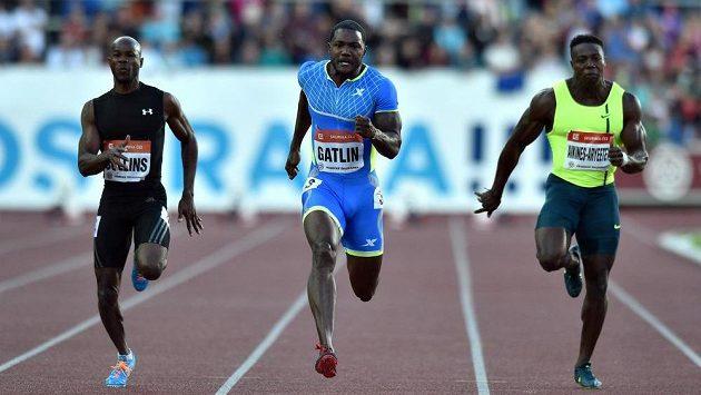 Sprinteři Justin Gatlin (uprostřed), Kim Collins (vlevo) a Harry Aikines - Aryeetey během 53. ročníku Zlaté tretry v Ostravě.