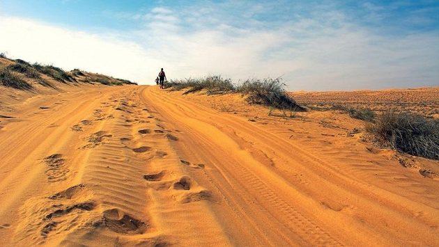 Přes hory a pouště se vydal Skye za svým snem a pomocí chudým. (ilustrační foto)