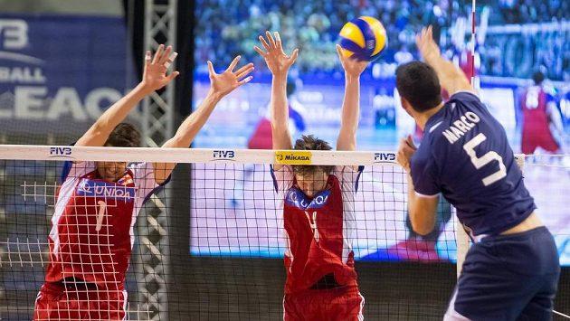 Čeští volejbalisté (zleva) Jakub Veselý a Adam Bartoš blokují útok Marca Ferreiry z Portugalska v utkání Světové ligy v Opavě.