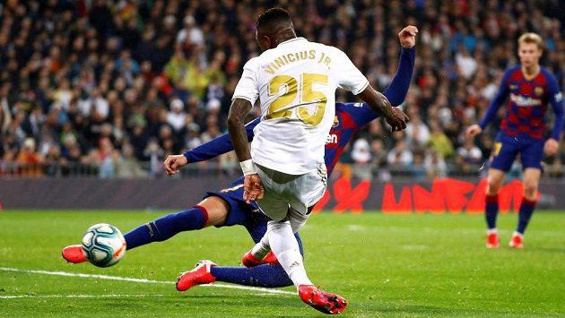 Vinícius Júnior střílí vítězný gól Realu Madrid ve šlágru španělské ligy proti Barceloně.