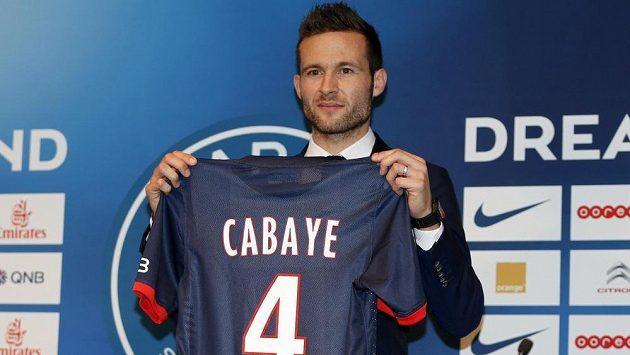 Yohan Cabaye pózuje na stadiónu v Parku princů s dresem Paris St. Germain.
