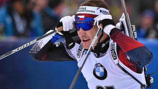 Ondřej Moravec odjíždí ze střelnice v závodu s hromadným startem.