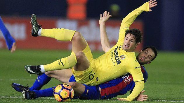 V souboji vleže se ocitli Sergio Busquets (vpravo) z Barcelony a Pato z Villarrealu.