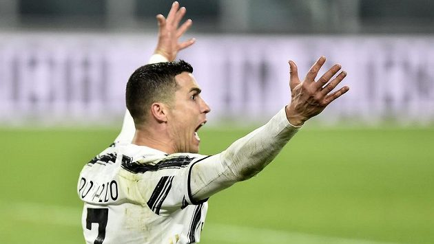 Hvězda Juventusu Cristiano Ronaldo v duelu s Crotone.