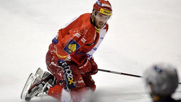 Dávid Skokan ze Slavie na pardubickém ledě.