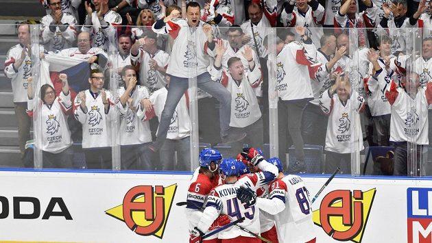 . Čeští hráči a fanoušci se radují z druhého gólu, který vstřelil útočník Dominik Kubalík (vpravo).