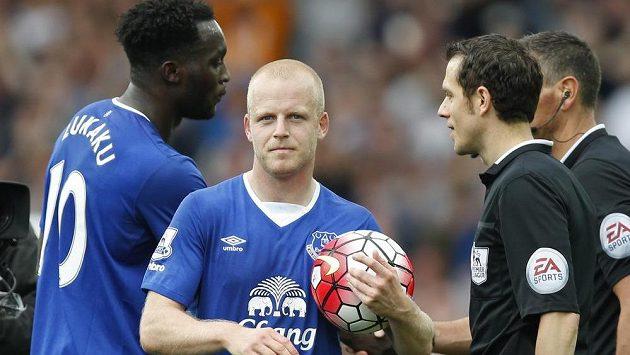 Hrdina Evertonu Steven Naismith (s míčem) po zápase s Chelsea.