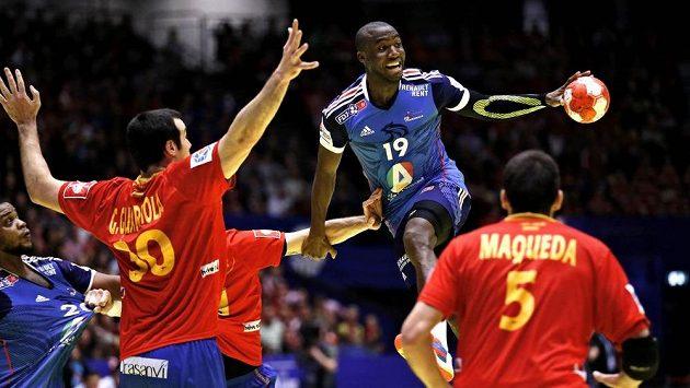 Španělský házenkáři Gedeon Guardiola (vlevo) a Jorge Maqueda se snaží blokovat Francouze Luca Abalu v semifinále ME.