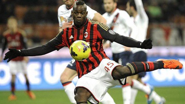 Útočník Mario Balotelli zařídil vítězsatví AC Milán nad Boloňou.