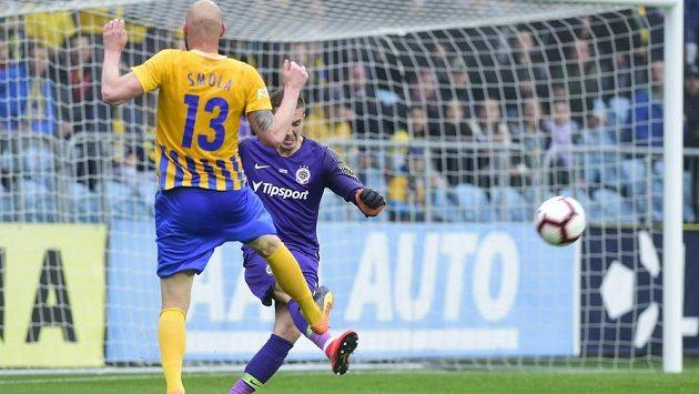 Tomáš Smola z Opavy a brankář Sparty Milan Heča v akci během utkání první ligy.