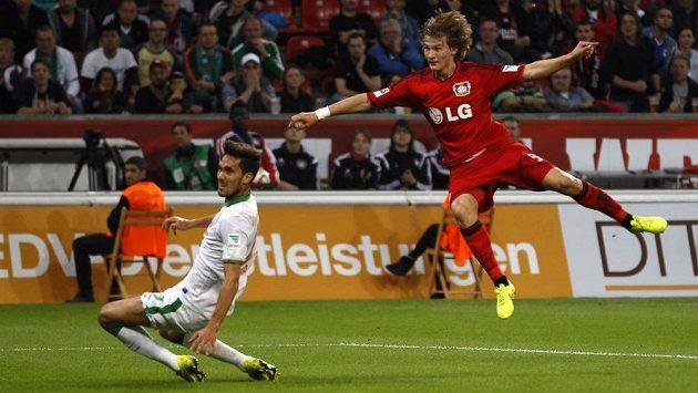 Tin Jedvaj (vpravo) dává gól Leverkusenu v utkání s Brémami.