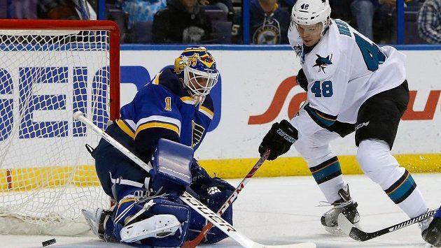 Útočník San Jose Sharks Tomáš Hertl překonává brankáře St. Louis Briana Elliotta.