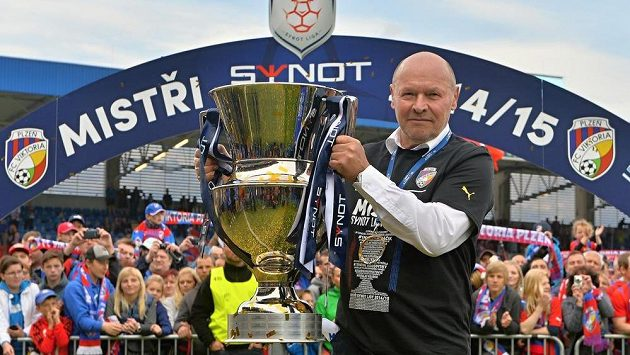 Mistrovský pohár převzali fotbalisté Viktorie Plzeň. Takhle si chvíle s ním vychutnával kouč Miroslav Koubek.