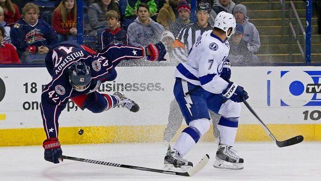 Radko Gudas z Tampy Bay Lightning sráží Arťoma Anisimova (42) z Columbusu.