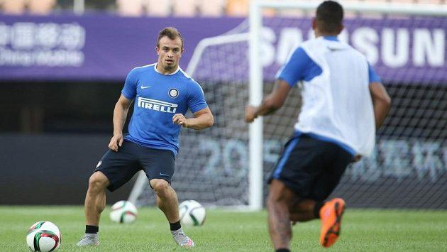 Švýcarský útočník Xherdan Shaqiri (vlevo) míří z Interu Milán do anglického Stoke City.
