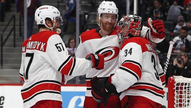 Gólman Petr Mrázek opět zářil v NHL. Nedostal ani gól a k výkonu mu gratulují spoluhráči z Caroliny Hurricanes Trevor van Riemsdyk a Dougie Hamilton